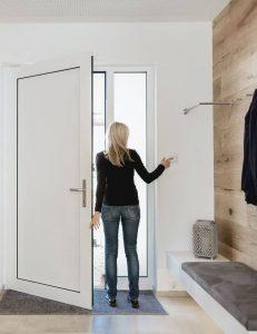 Mujer saliendo de casa mostrando el sistema ausente
